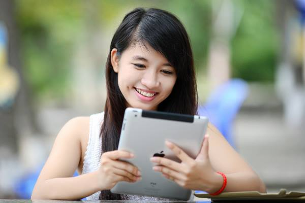 Graduate Diploma in Communication-Waikato Institute of Technology(WINTEC)-a-girl-with-ipad-optimized-f