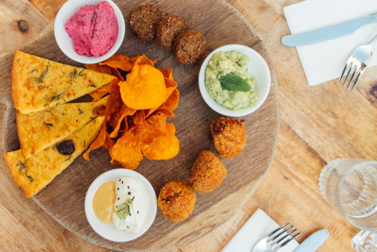 Green Amsterdam Vegan restaurant The Meets snack platter bieterballen, sweet potato chips, guacemole, farinata with vegan mayo