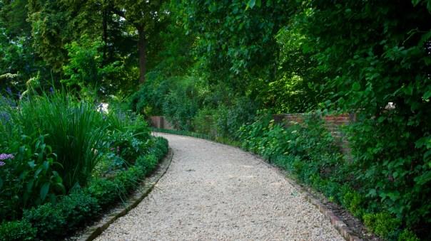 Camino de grava en el jardín 02