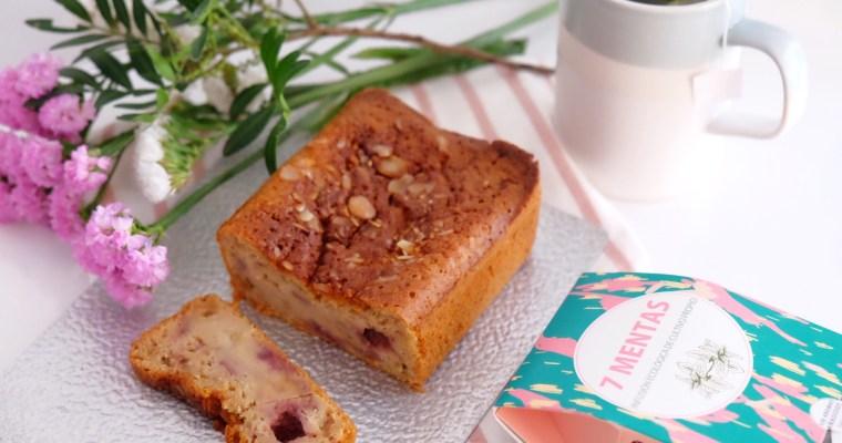 Gâteau façon pudding à la rhubarbe et aux fraises