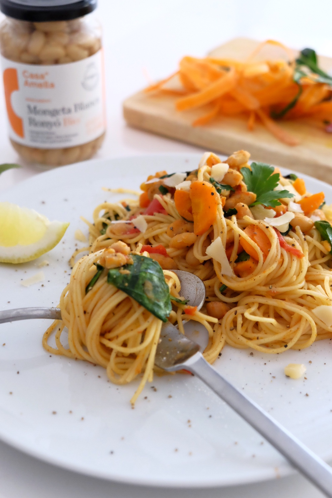 Spaghetti with white beans, carrots and spinach