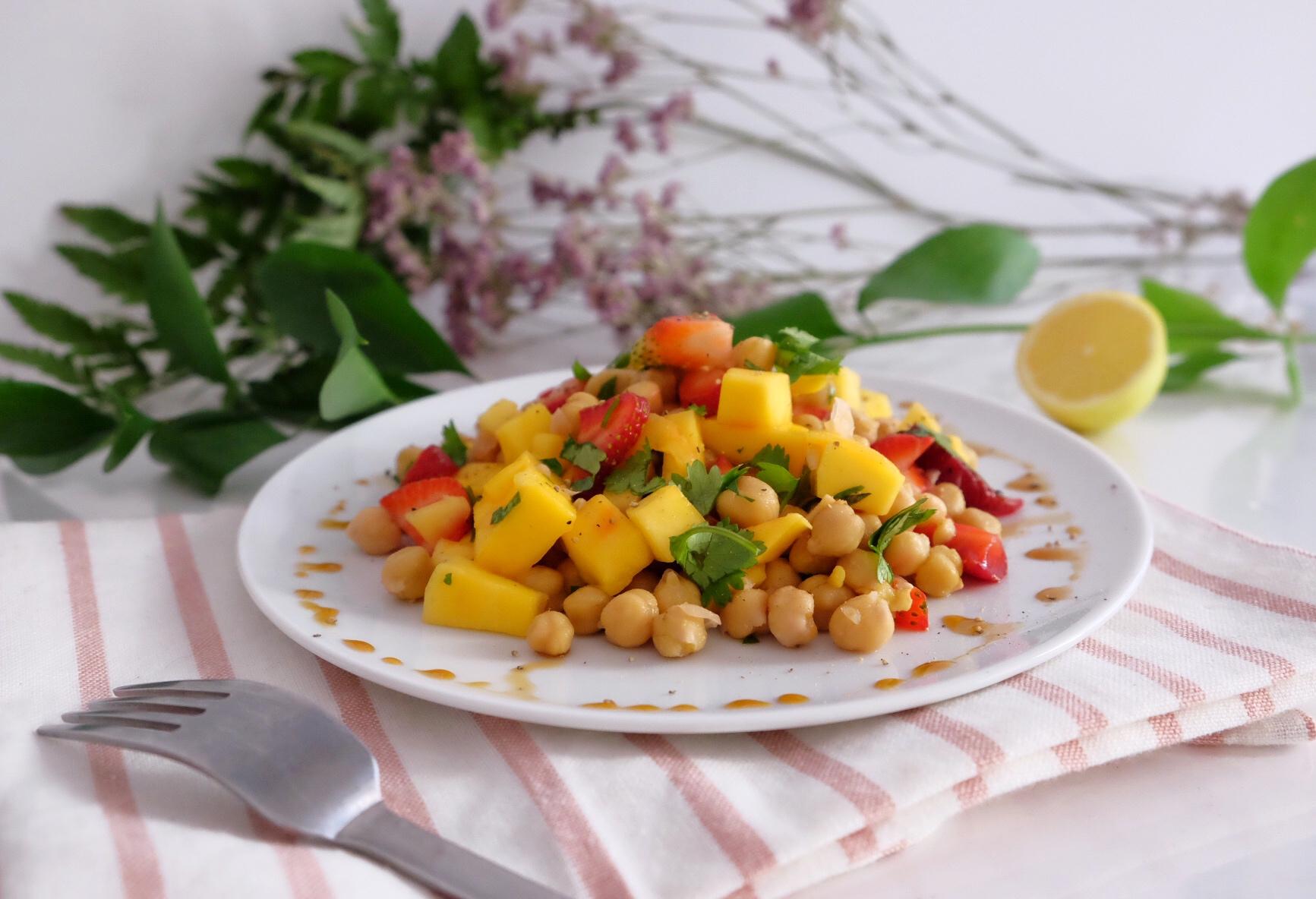 La ensalada del verano con garbanzos y mango