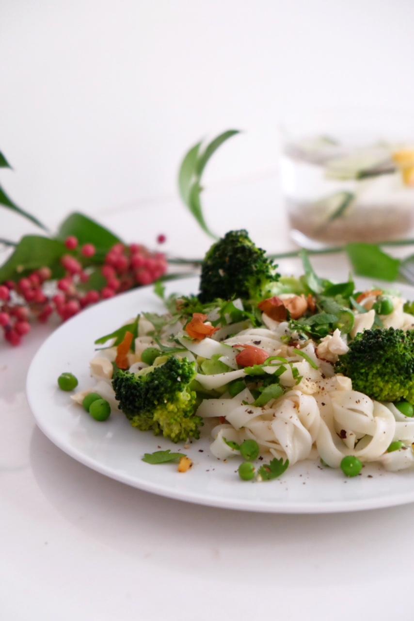 Pasta de arroz con leche de coco y verduras