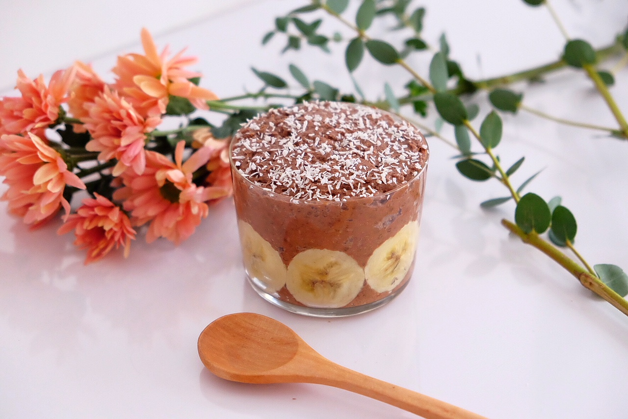 Chia pudding with chocolate and banana