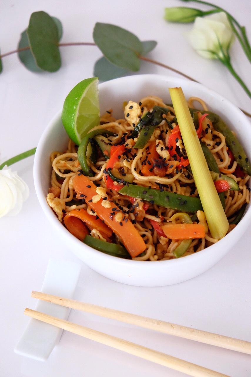 Pad thai végétarien aux légumes, noix de cajoux et sauce soja