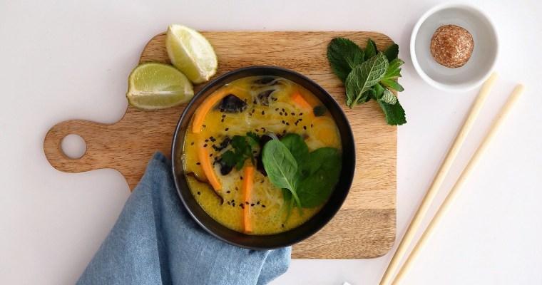 Soupe de légumes façon thai au curry et lait de coco