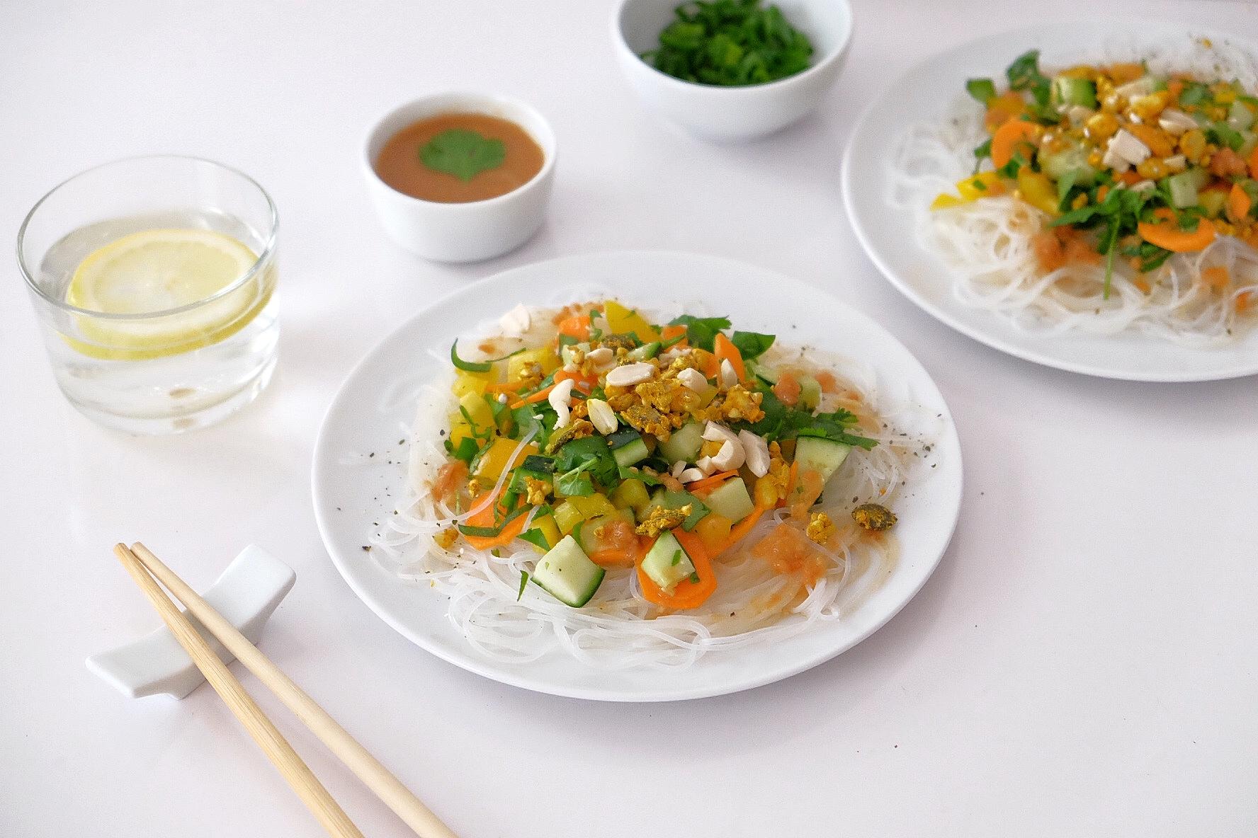 Salade de nouilles de riz aux légumes crus et sa sauce cacahuètes