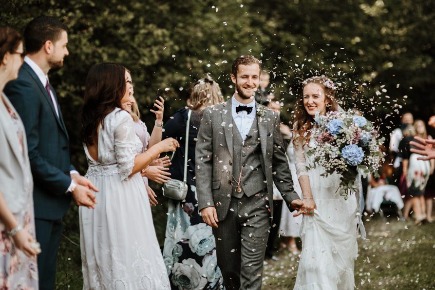 alternative confetti ideas for outdoor wedding