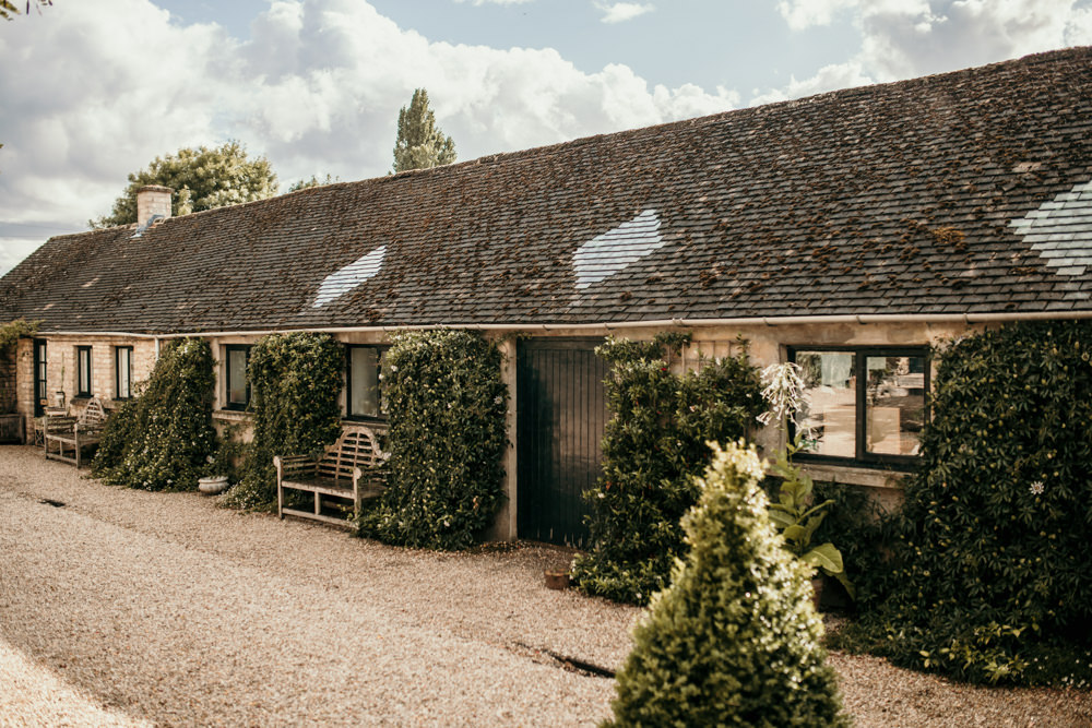 outdoor gardens at Merriscourt Barn wedding venue Cotswolds by Cotswolds wedding photographer