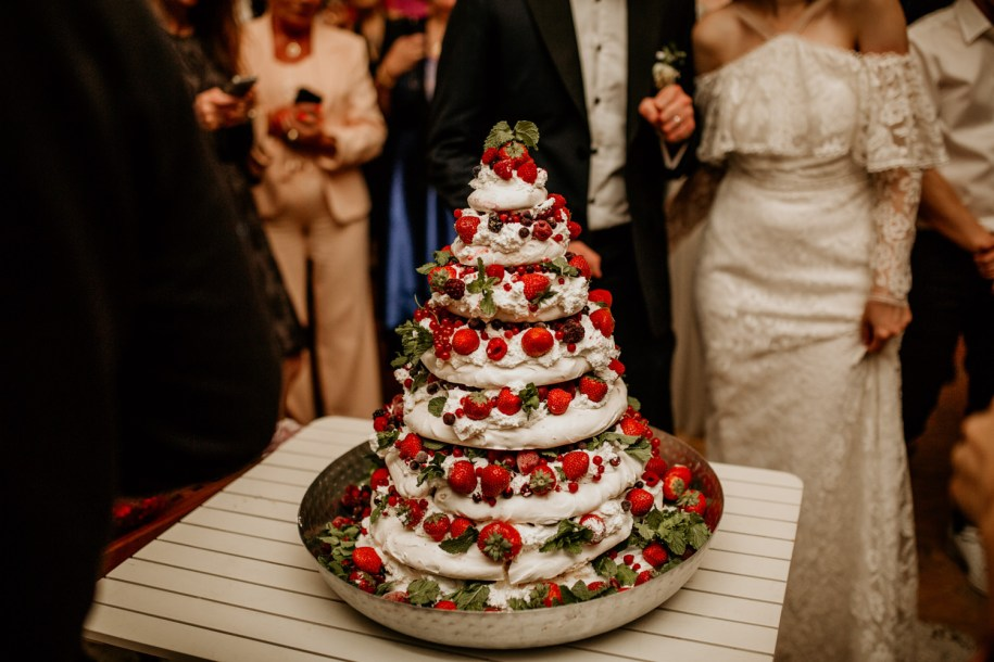 make your own wedding cake from meringue with berries and cream