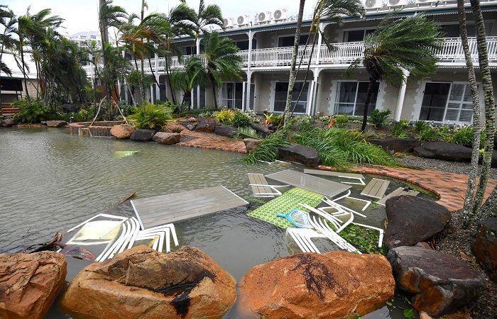 الإعصار ديبي يضرب منتجعات ساحلية في استراليا