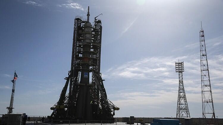 """صاروخ """"سويوز"""" يعتلي المنصة استعدادا لإطلاقه"""