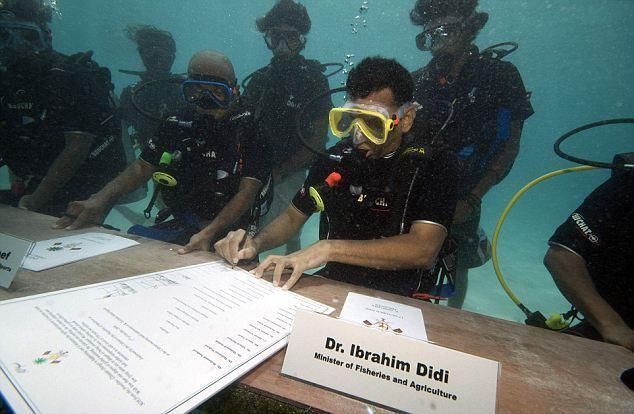 أول اجتماع وزاري تحت الماء!