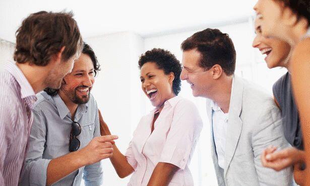 ربع ساعة فقط من الضحك مع الأصدقاء لها نفس الفوائد الصحية و النفسية لساعتين كاملتين من النوم