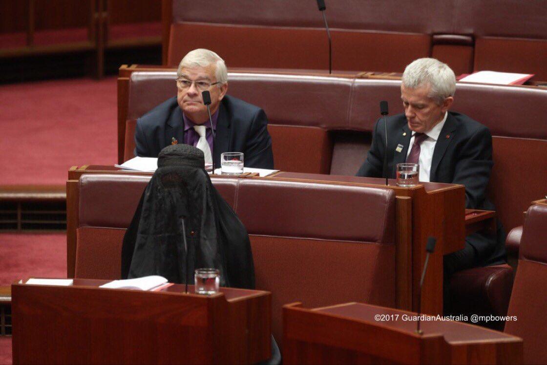 """برلمانية أسترالية ترتدي """"البرقع""""؟"""