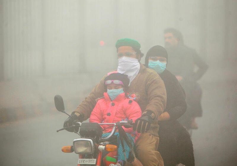 الضباب الدخاني في جنوب آسيا يعرقل السفر ويؤدي لنقل آلاف للمستشفيات