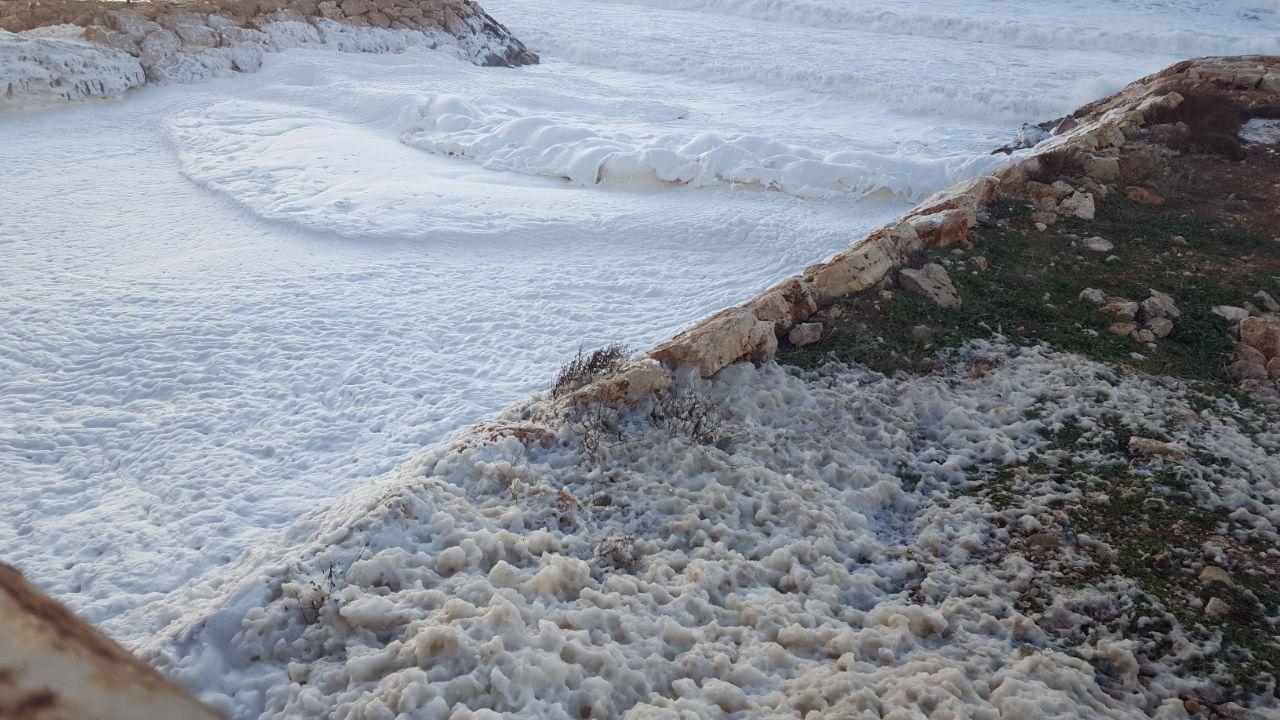 المد الأبيض اكتسح شاطئ الناقورة … وتساؤلات برسم المعنيين