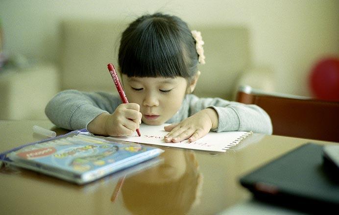 مشاكل الخط عند الاطفال، اليكم بعض الحلول لتحسين خط اطفالكم..
