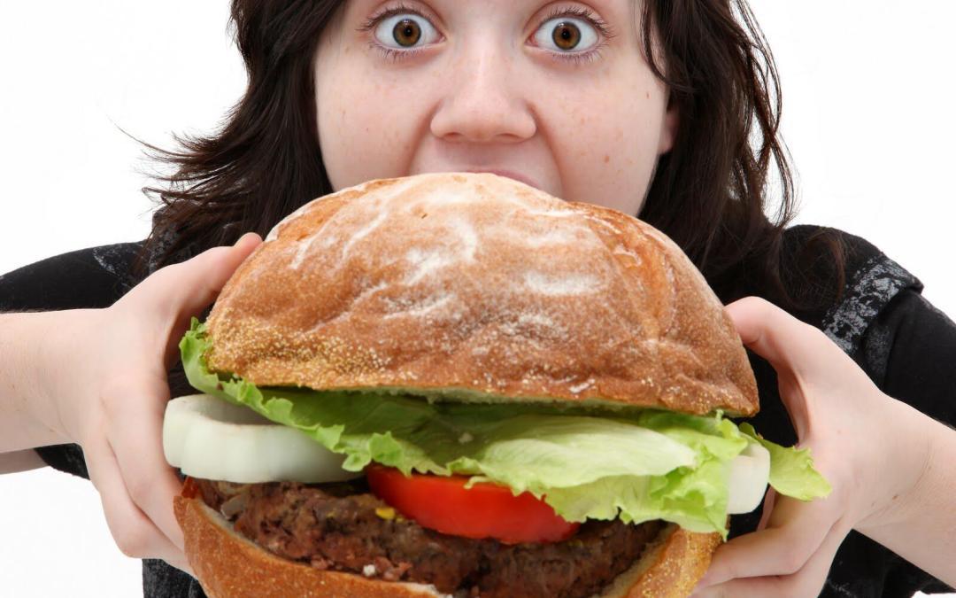 علاقة الأكل بالأزمة النفسية .. فشة خلق وأمراض تهدد الصحة!