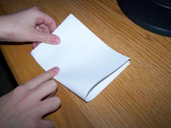قطعة الورق مربعة الشكل من المستحيل أن تطوى على نفسها لأكثر من ثماني مرات بغض النظر عن حجمها