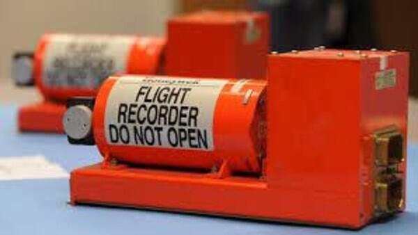 """صندوق الطائرة الأسود  ليس لونه أسود ولكنه """"برتقالي"""" , وهذا لمساعدة المحققين في تمييزه بسهولة بين حطام الطائرة"""