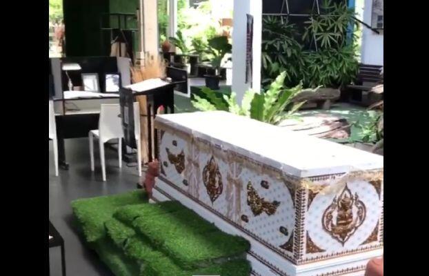 في «مقهى الموت» في بانكوك.. الزبون يتمدد في نعش