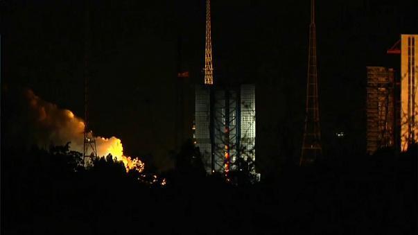 الصين تطلق قمرا صناعيا لاستكشاف الجانب المظلم من القمر