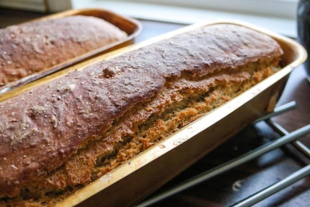 Har du lyst på hjemmebakt brød, men hater å elte? Da er vi to - så her er oppskriften på det beste brødet, helt uten at du trenger å være nær deigen!