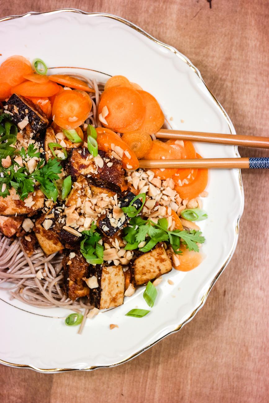 Sjukt digg og enkelt: Nudler, tofu, grønnsaker og peanøttsaus.
