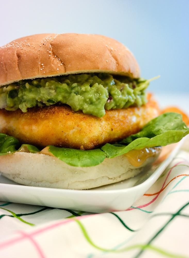 Har du smakt halloumiburger? Sjekk ut denne med chunky guacamole og chillimajones!