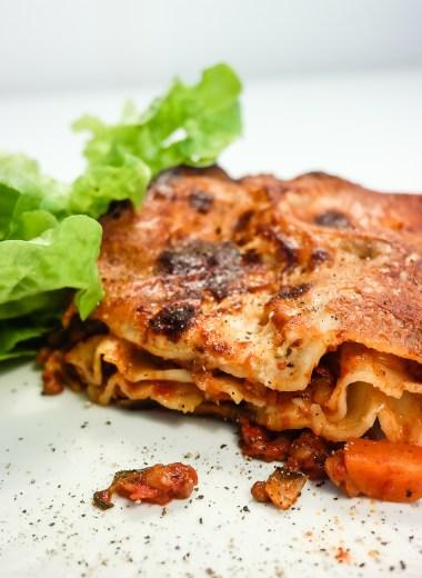 Noen retter er virkelig summen av en sesong og de råvarer den fører med seg, og denne lasagnen er definitivt en høstlasagne. Med mange kraftige smaker er dette en skikkelig husmannskostmiddag nå når gradene kryper nedover.