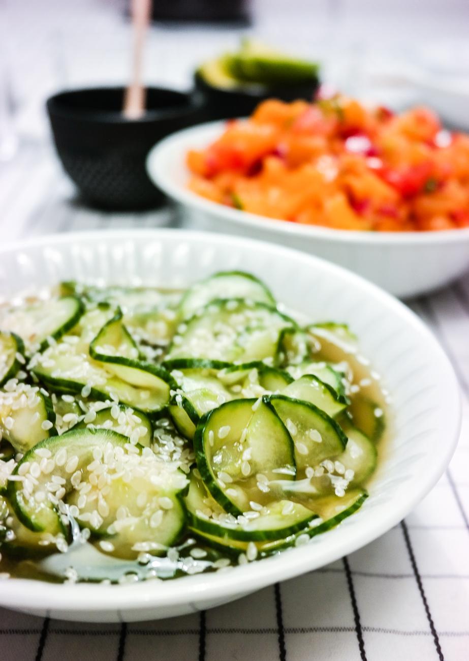 Lag en kald, kjølig og nydelig japansk agurksalat som tilbehør til sterk mat.