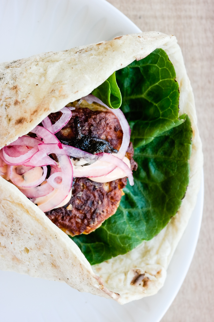 Kålburger med portobellofacon og srirachamajo-uten-majo