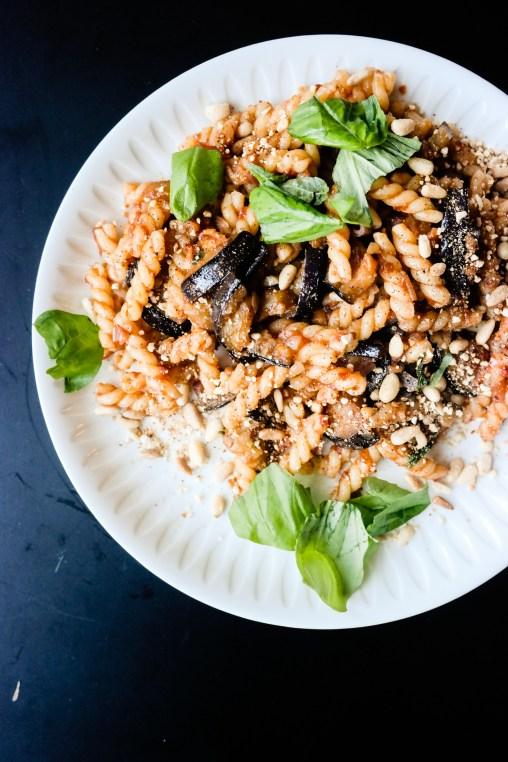 God, rask middag? Pasta med tomatsaus og aubergine.
