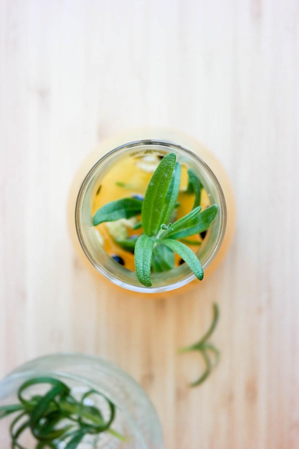 Lag din egen veganske, alkoholfrie, men langt fra kjedelige, lemonade med sitrus, krydder og urter!