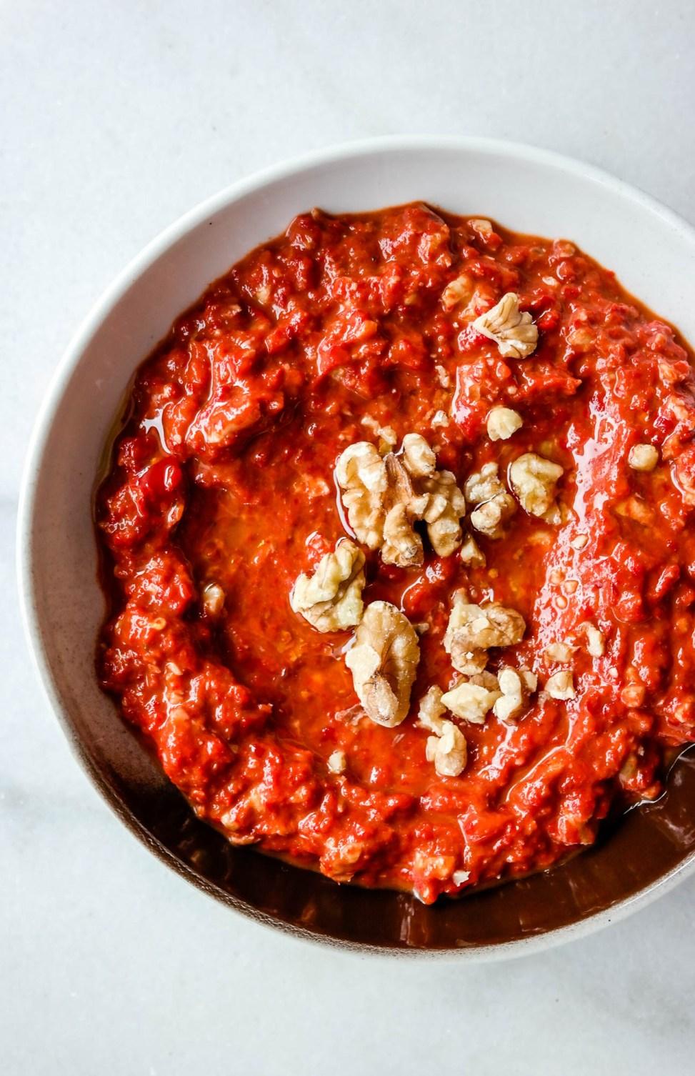 Muhamarra (paprika- og valnøttdip) er en perfekt dip til hummus og pita!