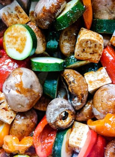 Marinerte og grillede grønnsaker og tofu er en hit på grillen i sommer!
