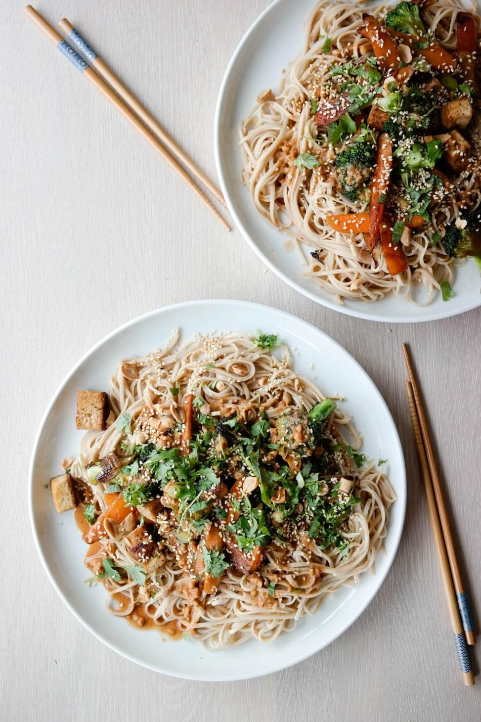 Er nudler, tofu, grønnsaker og peanøttsaus verdens beste kombinasjon? Ja, ja det er det faktisk!