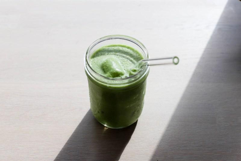 Vegansk smoothie med grønnkål og kokos