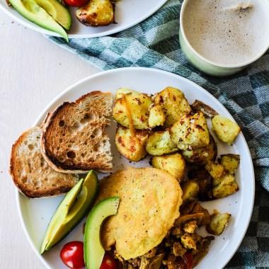 En perfekt vegansk brunsj inneholder stekte poteter, toast, tofu scramble og kikertomelett.