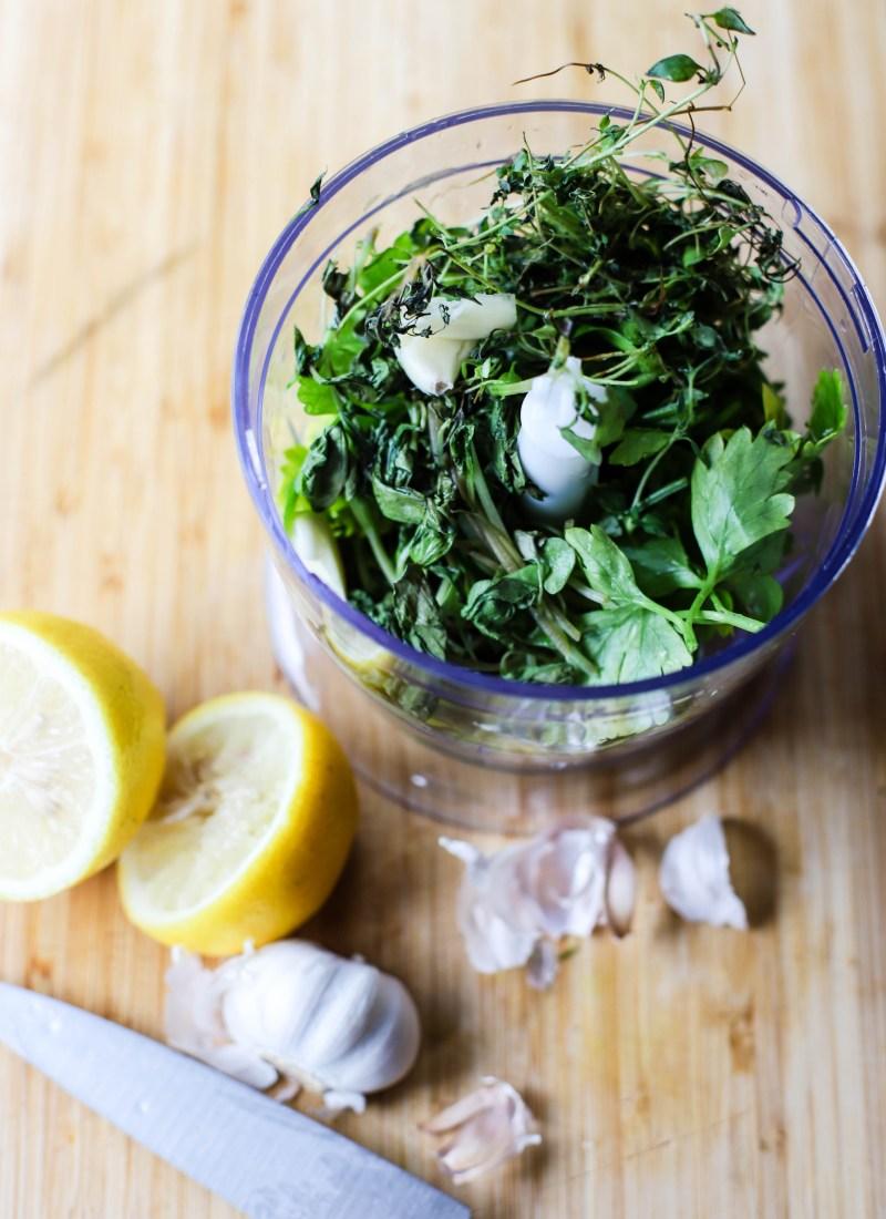 Bruk opp rester av urter til en urtesaus