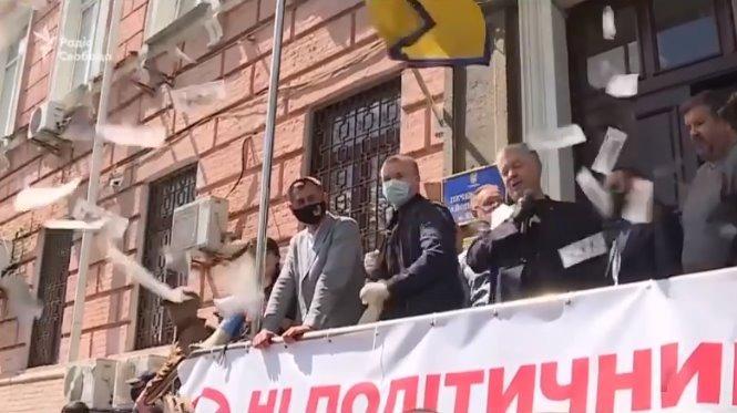 В Порошенко бросили пачку фальшивых долларов – экс-гарант отодвинул охрану и ответил провокатору (видео)