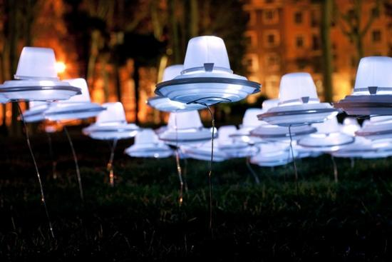 luzinterruptus aliens in picnic light art installa