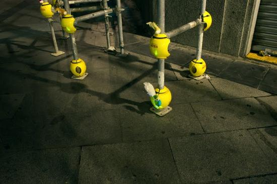 luzinterruptus urban nest light art installation 8
