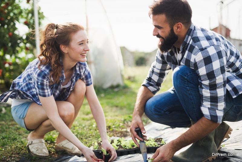 couple-enjoying-gardening