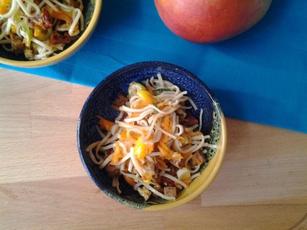 Noodle salade met mango, bosui en gebakken tofu