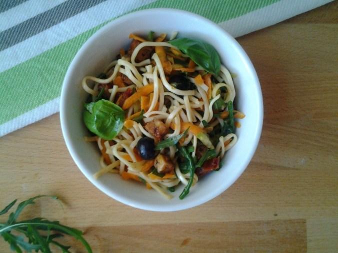 noodle-salade-met-rucola-wortel-en-gebakken-tofu1