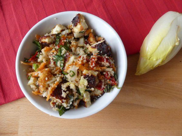 Lauwwarme couscous salade met witlof en halloumi