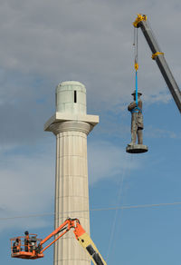 Statue of Gen. Robert E. Lee being removed