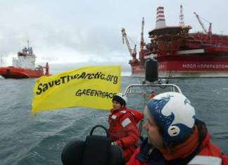 Greenpeace occupies Russian oil rig